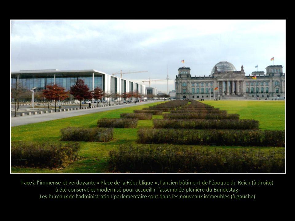 Face à limmense et verdoyante « Place de la République », lancien bâtiment de lépoque du Reich (à droite) à été conservé et modernisé pour accueillir lassemblée plénière du Bundestag.