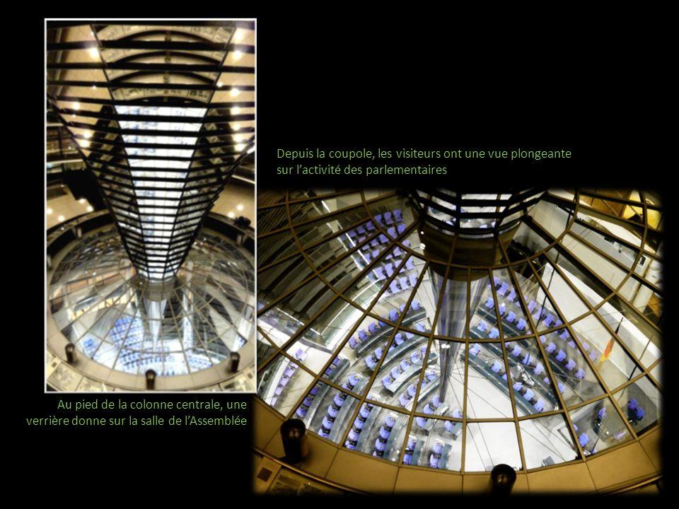 Au pied de la colonne centrale, une verrière donne sur la salle de lAssemblée Depuis la coupole, les visiteurs ont une vue plongeante sur lactivité de