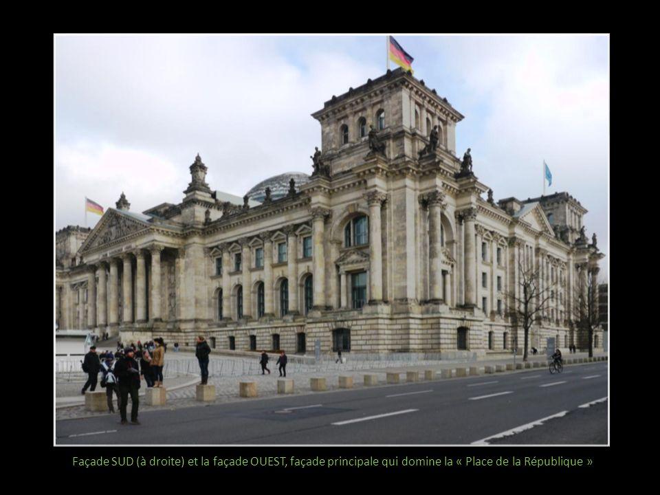 Une partie de la façade principale et son fronton avec lemblème impérial « Au peuple allemand »