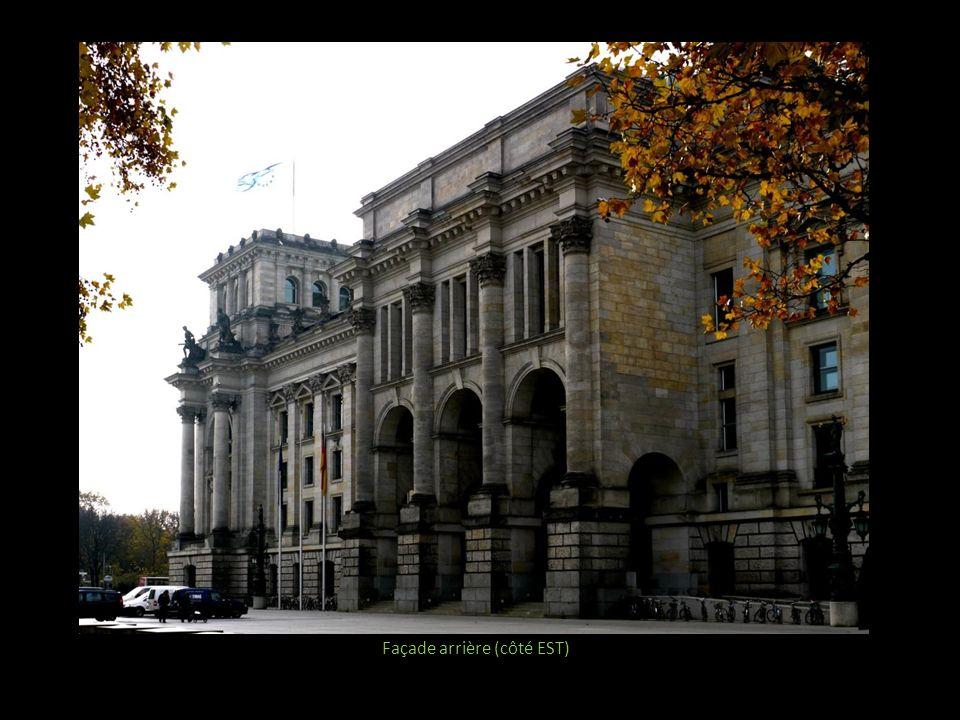 Vue vers une des deux cours intérieures, avec linscription « A la Population », expression jugée moins nationaliste que celle de la façade sadressant au seul peuple allemand Aperçu de bureaux donnant sur la cour intérieure