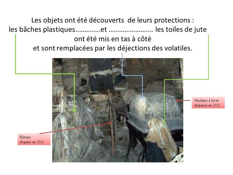 Les objets ont été découverts de leurs protections : les bâches plastiques..…………et ……………………. les toiles de jute ont été mis en tas à côté et sont remp