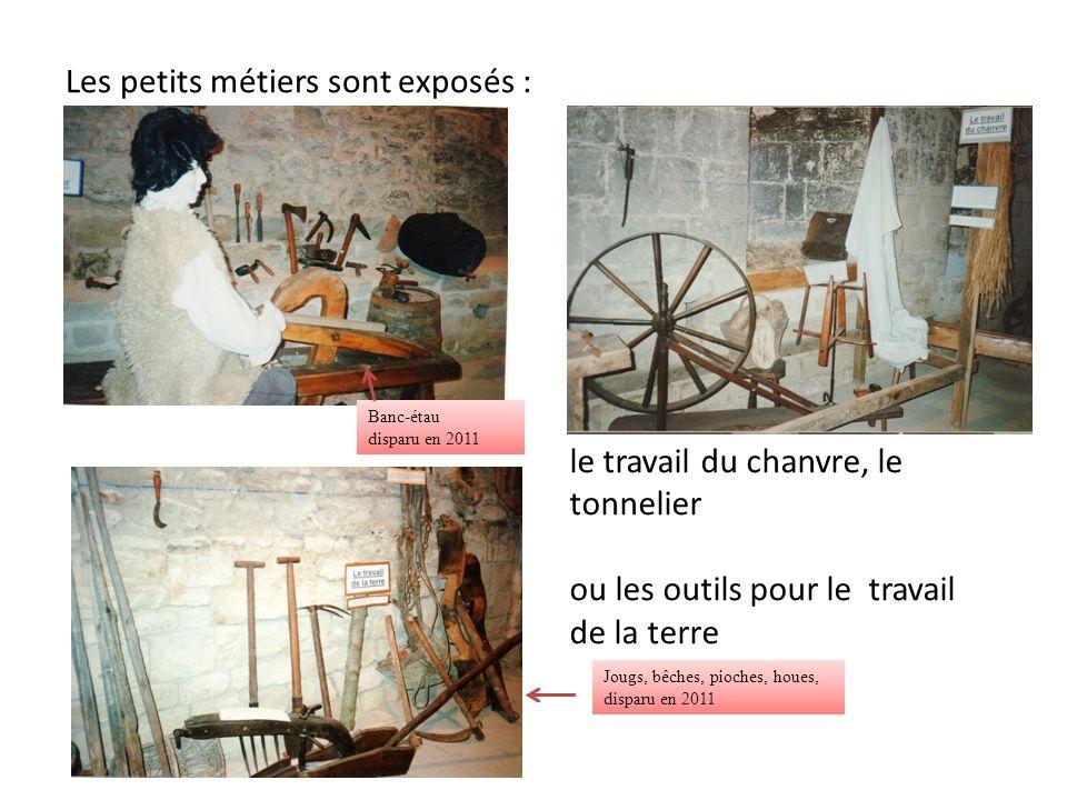 Les petits métiers sont exposés : le travail du chanvre, le tonnelier ou les outils pour le travail de la terre Banc-étau disparu en 2011 Jougs, bêches, pioches, houes, disparu en 2011