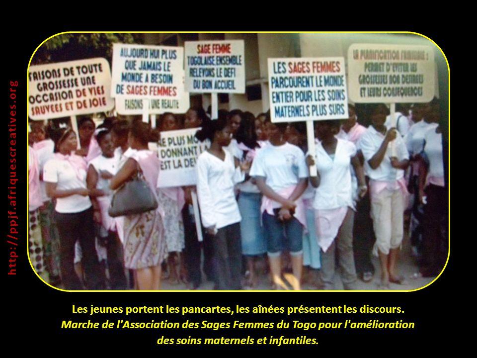 Les jeunes portent les pancartes, les aînées présentent les discours. Marche de l'Association des Sages Femmes du Togo pour l'amélioration des soins m