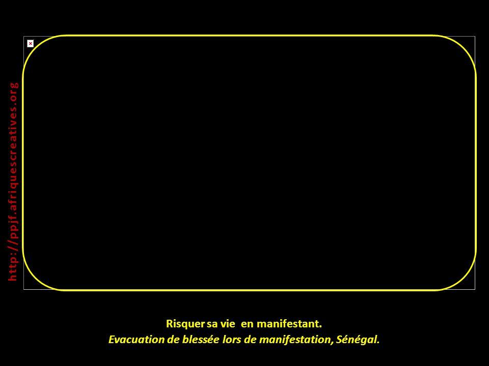Risquer sa vie en manifestant. Evacuation de blessée lors de manifestation, Sénégal. http:// ppjf.afriquescreatives.org