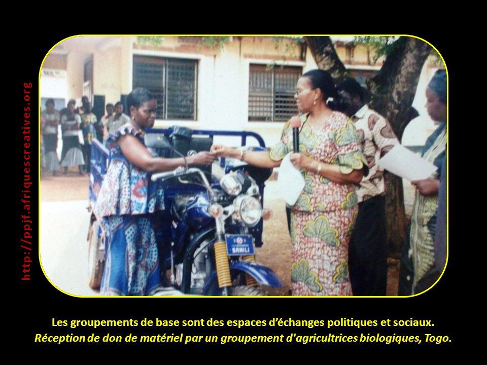 Les groupements de base sont des espaces déchanges politiques et sociaux. Réception de don de matériel par un groupement d'agricultrices biologiques,