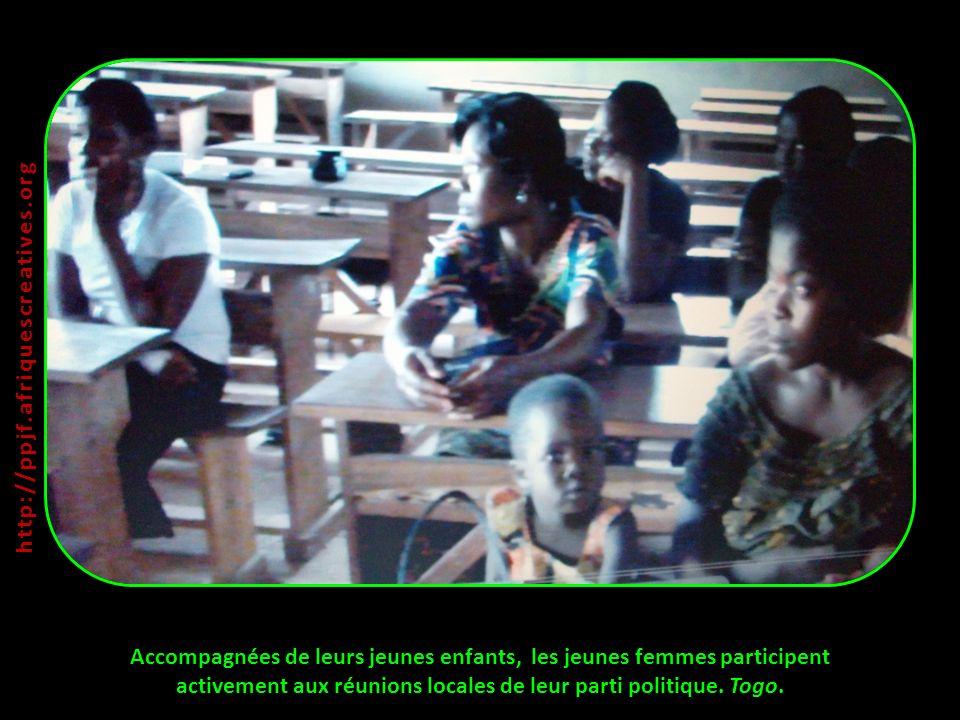 Accompagnées de leurs jeunes enfants, les jeunes femmes participent activement aux réunions locales de leur parti politique. Togo. http:// ppjf.afriqu