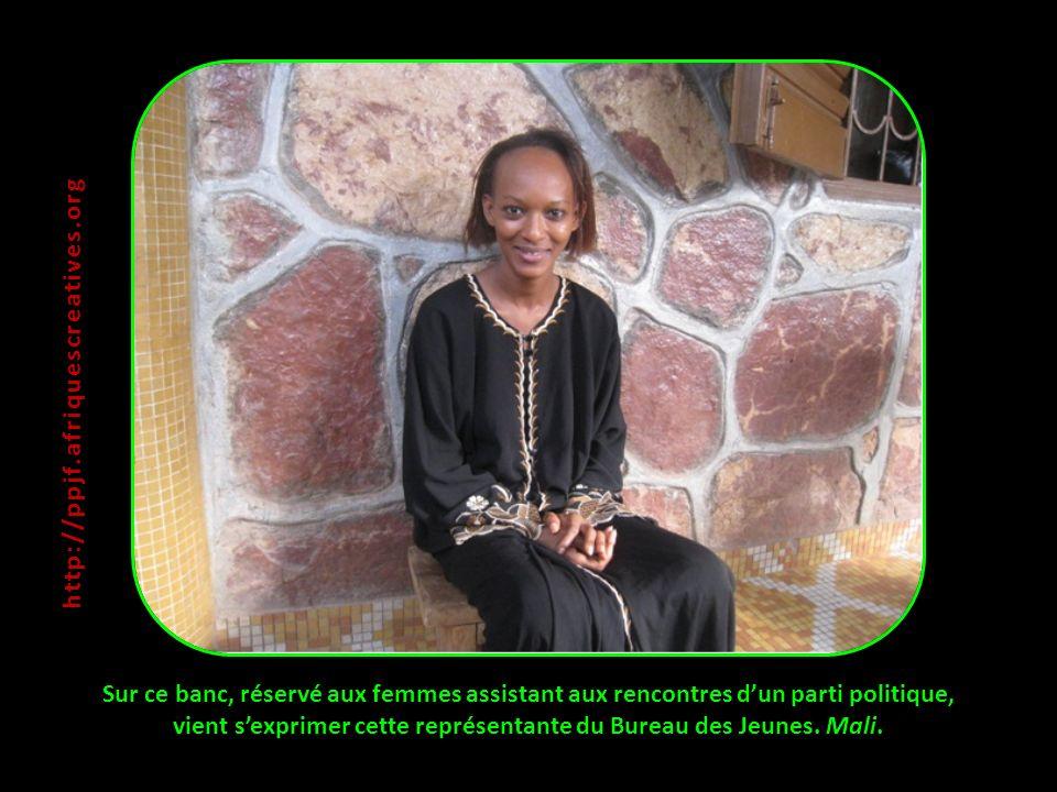 Sur ce banc, réservé aux femmes assistant aux rencontres dun parti politique, vient sexprimer cette représentante du Bureau des Jeunes. Mali. http://