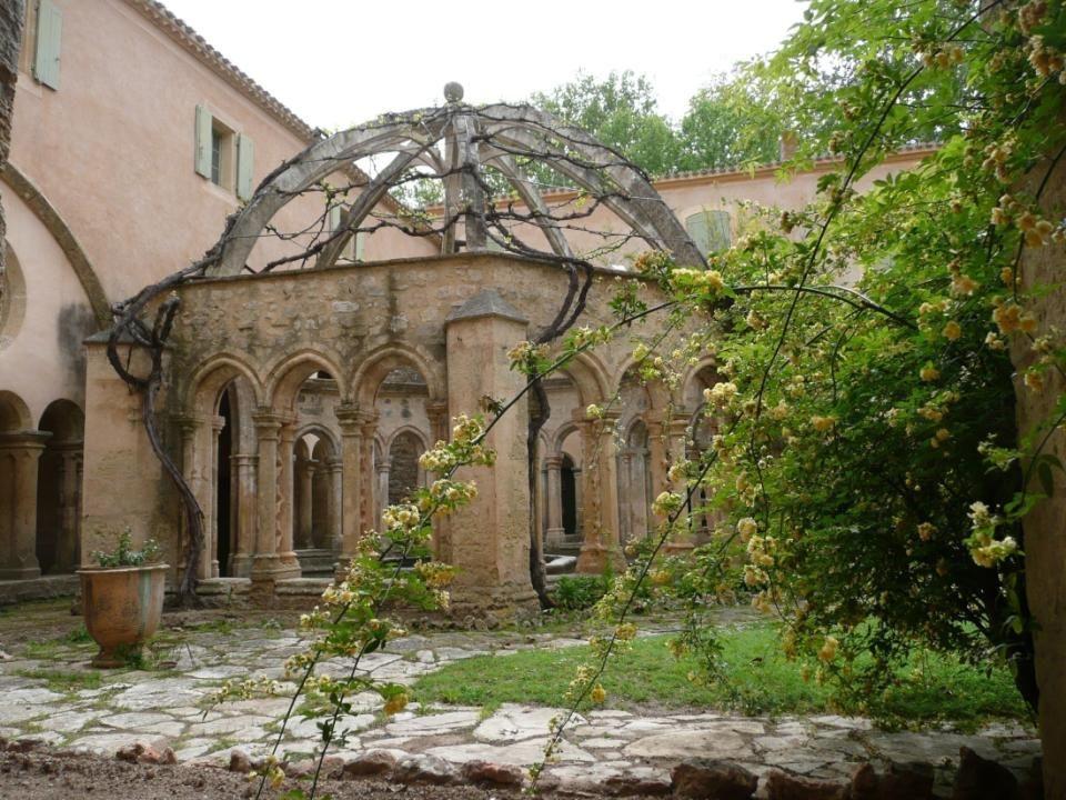 Le jardin du cloître, autour de sa célèbre fontaine-lavabo.