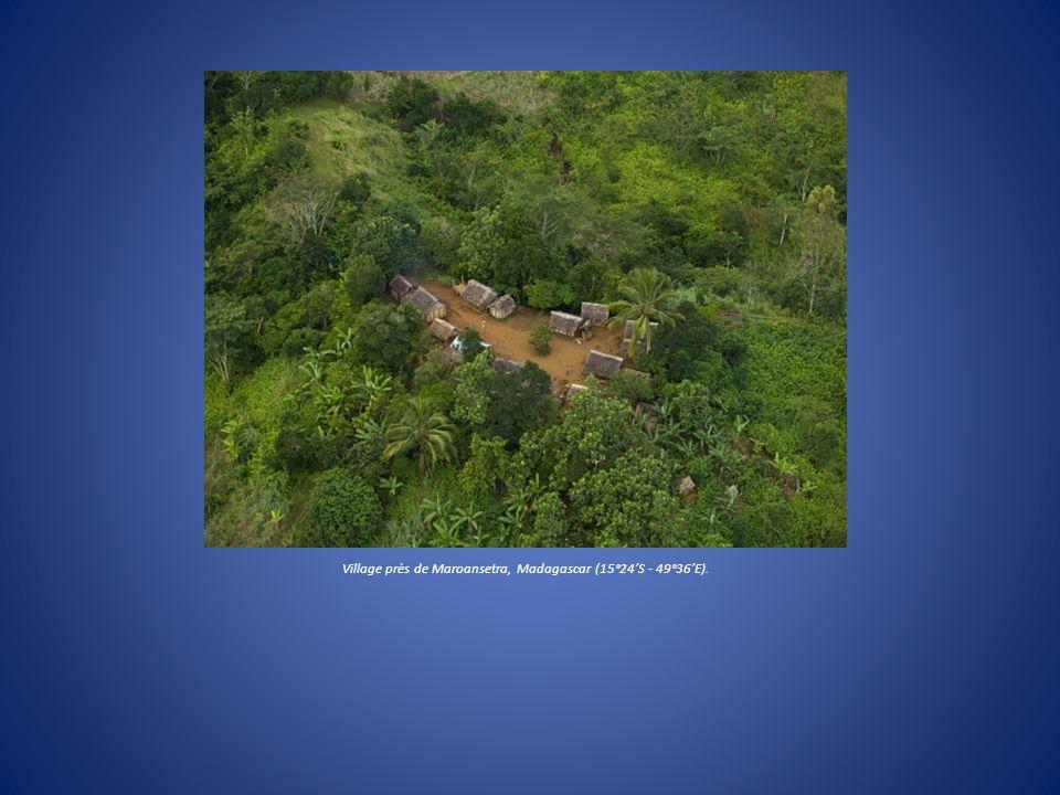 Village près de Maroansetra, Madagascar (15°24S - 49°36E).