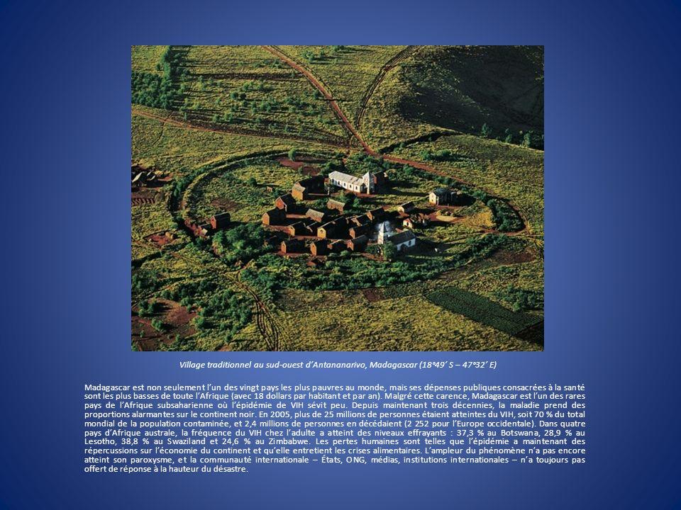 Village traditionnel au sud-ouest dAntananarivo, Madagascar (18°49 S – 47°32 E) Madagascar est non seulement lun des vingt pays les plus pauvres au mo