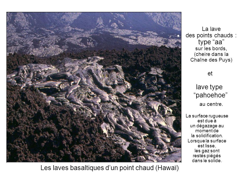 La lave des points chauds : type aa sur les bords, (cheire dans la Chaîne des Puys) et lave type pahoehoe au centre. La surface rugueuse est due à un