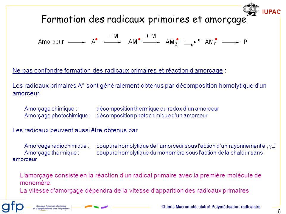 Chimie Macromoléculaire/ Polymérisation radicalaire IUPAC 17 cas d un amorceur chimique 1 – cinétique de décomposition de l amorceur Formation continue de nouveaux radicaux, donc de nouvelles chaînes, pendant toute la durée de la réaction 2 - Temps de vie des centres actifs très court Accumulation de nouvelles chaînes terminées dans le milieu réactionnel Il faut faire la distinction entre -valeurs instantanées (à tout moment) : [M] -valeurs moyennes (effectivement mesurées) 0,0E+00 2,0E+04 4,0E+04 6,0E+04 8,0E+04 0481216 temps (heures) moyen inst On suppose ici que l on peut négliger la variation de [A] Longueur cinétique