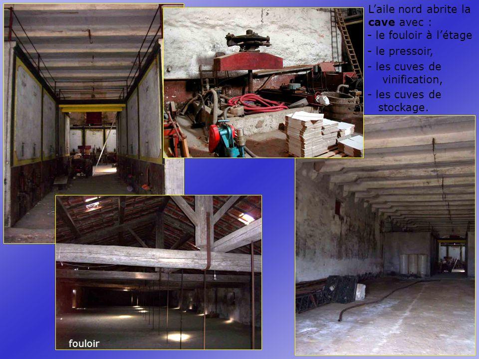 Laile nord abrite la cave avec : - le pressoir, - les cuves de vinification, - le fouloir à létage - les cuves de stockage.