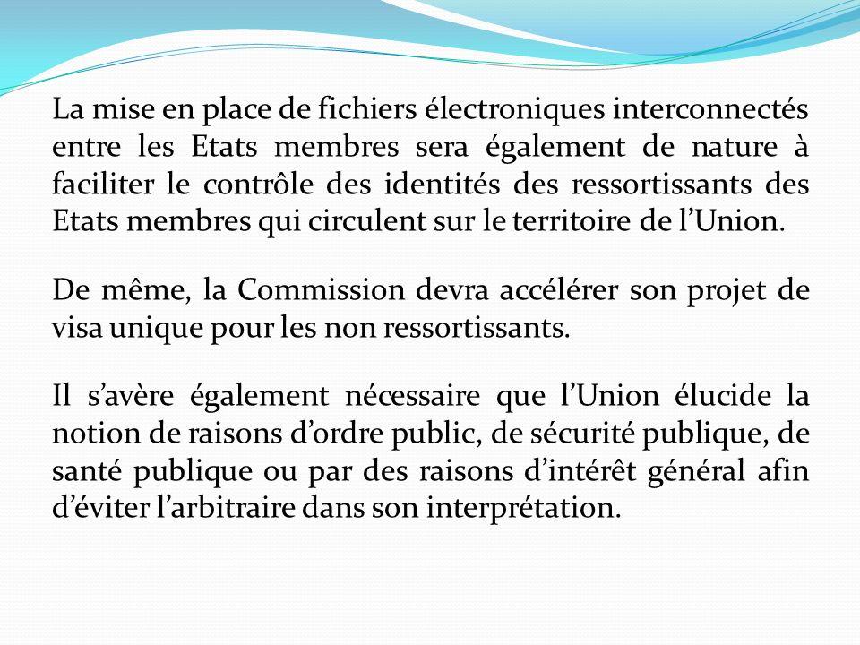 La mise en place de fichiers électroniques interconnectés entre les Etats membres sera également de nature à faciliter le contrôle des identités des r