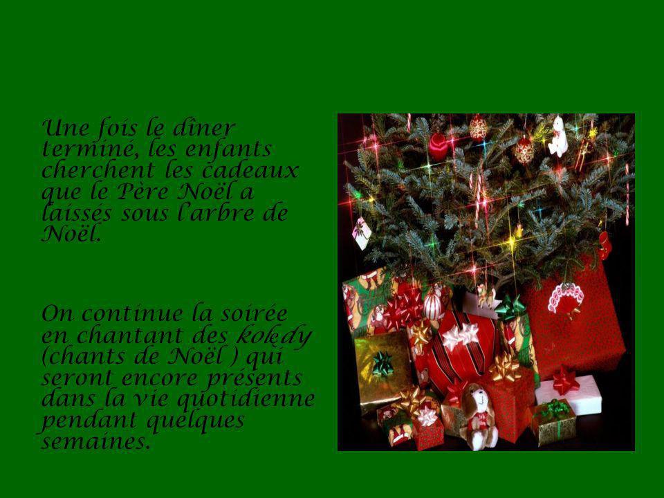 Une fois le dîner terminé, les enfants cherchent les cadeaux que le Père Noël a laissés sous larbre de Noël.