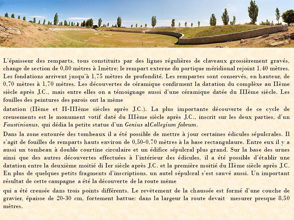 Lépaisseur des remparts, tous constituits par des lignes régulières de claveaux grossièrement gravés, change de section de 0,80 mètres à 1mètre; le re