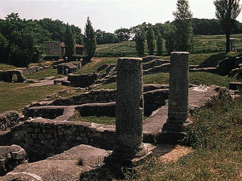 Environ à 900 mètres au sud du centre civil (municipium avant et colonie après) de Carnuntum, se trouvent les fouilles dHeidentor, un monument à quatre arcs, aujourdhui le symbole de région entière.