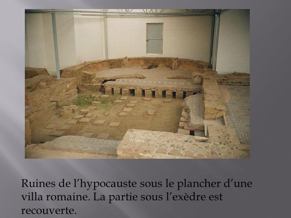 Ruines de lhypocauste sous le plancher dune villa romaine. La partie sous lexèdre est recouverte.