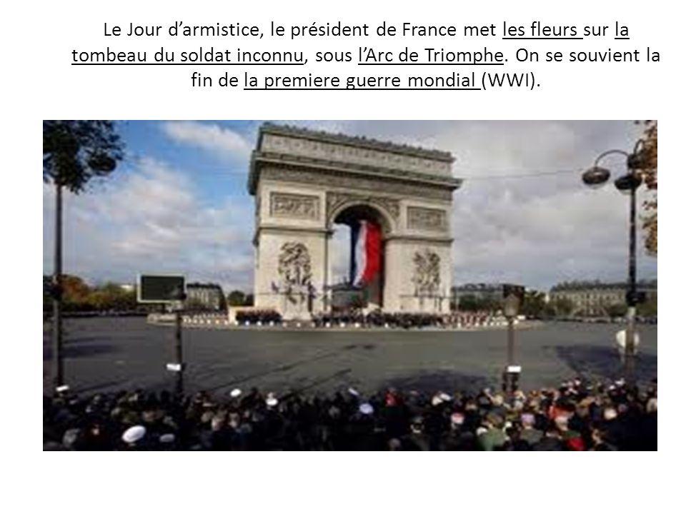 Le Jour darmistice, le président de France met les fleurs sur la tombeau du soldat inconnu, sous lArc de Triomphe. On se souvient la fin de la premier