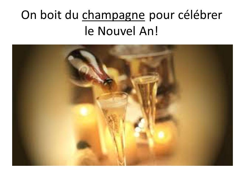 On boit du champagne pour célébrer le Nouvel An!