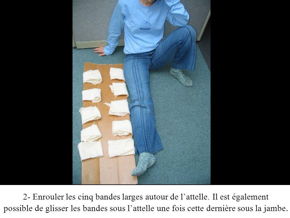 2- Enrouler les cinq bandes larges autour de lattelle.