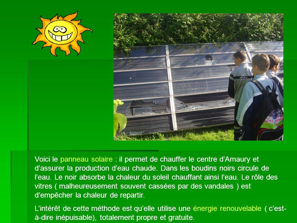 Voici le panneau solaire : il permet de chauffer le centre dAmaury et dassurer la production deau chaude. Dans les boudins noirs circule de leau. Le n