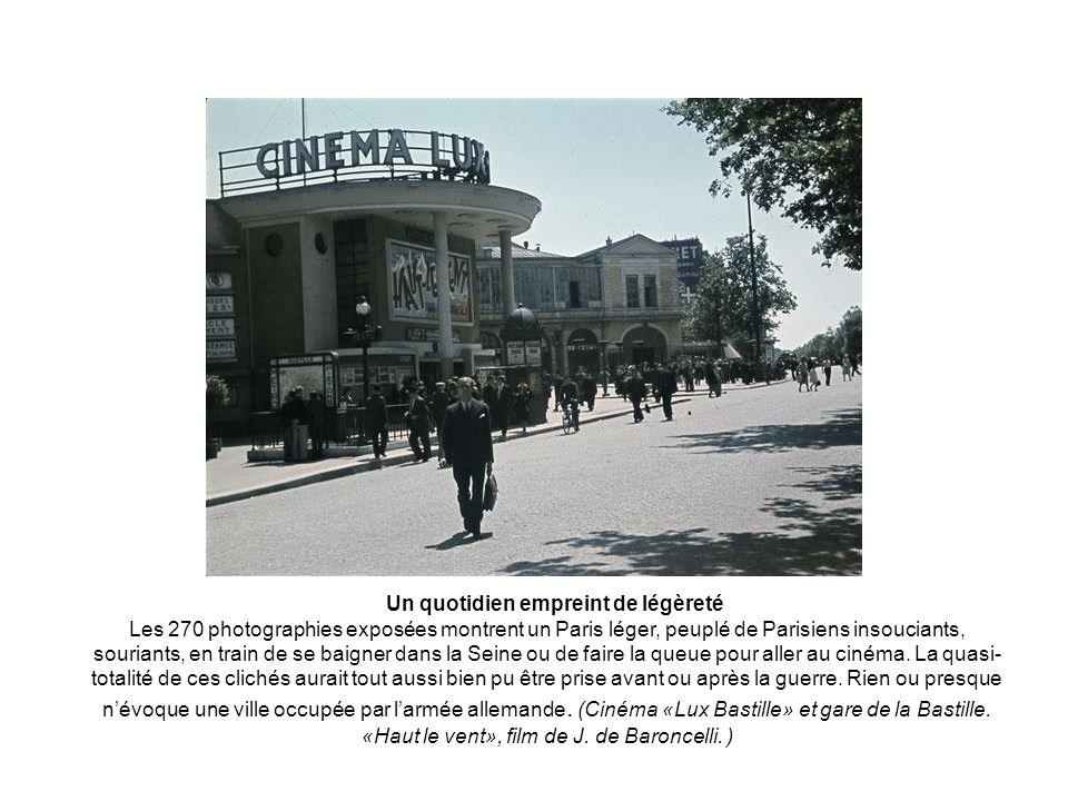 Un quotidien empreint de légèreté Les 270 photographies exposées montrent un Paris léger, peuplé de Parisiens insouciants, souriants, en train de se baigner dans la Seine ou de faire la queue pour aller au cinéma.