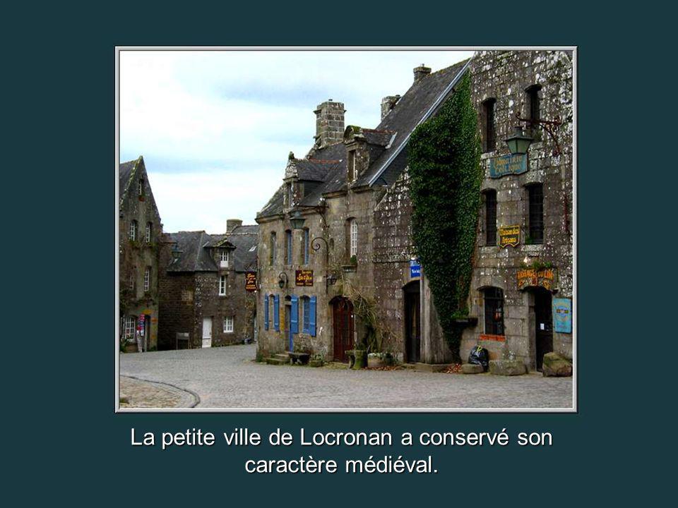 La jolie rosace des ruines de lancien monastère de Languidou.