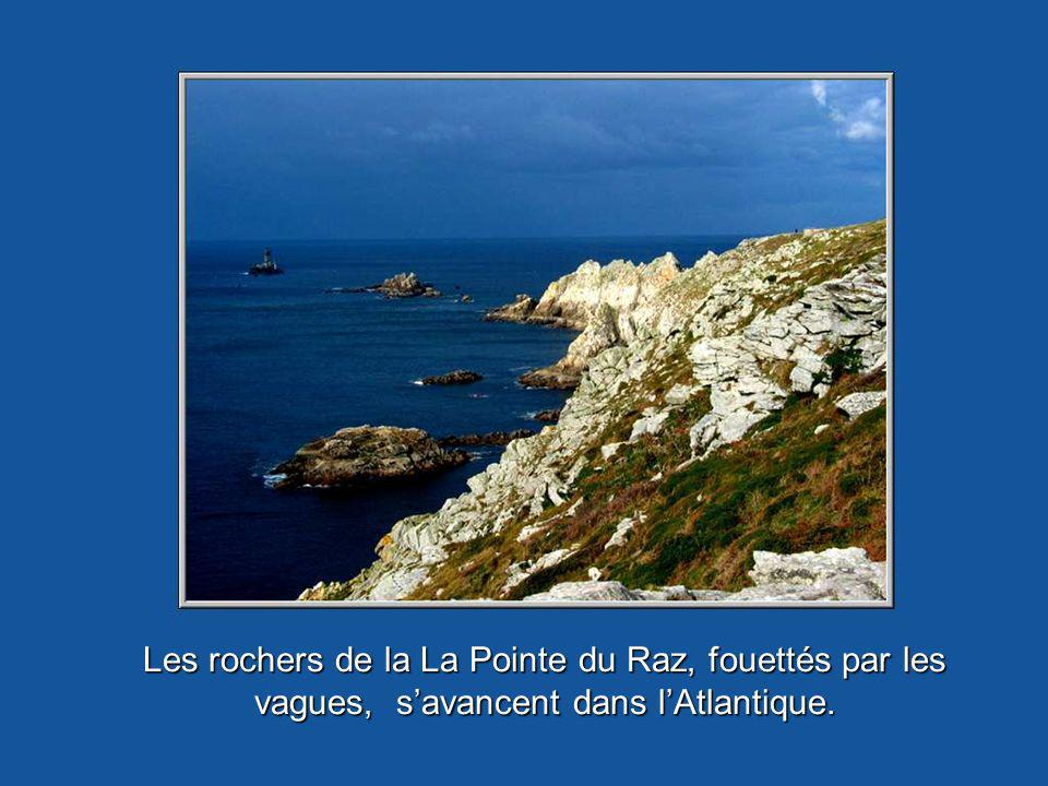 Les rochers de la La Pointe du Raz, fouettés par les vagues, savancent dans lAtlantique.