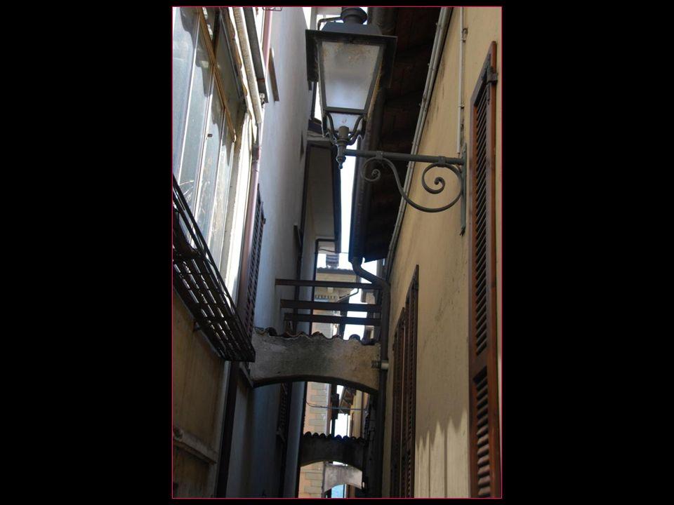 Pouvons entrer en vieille ville par détroites ruelles