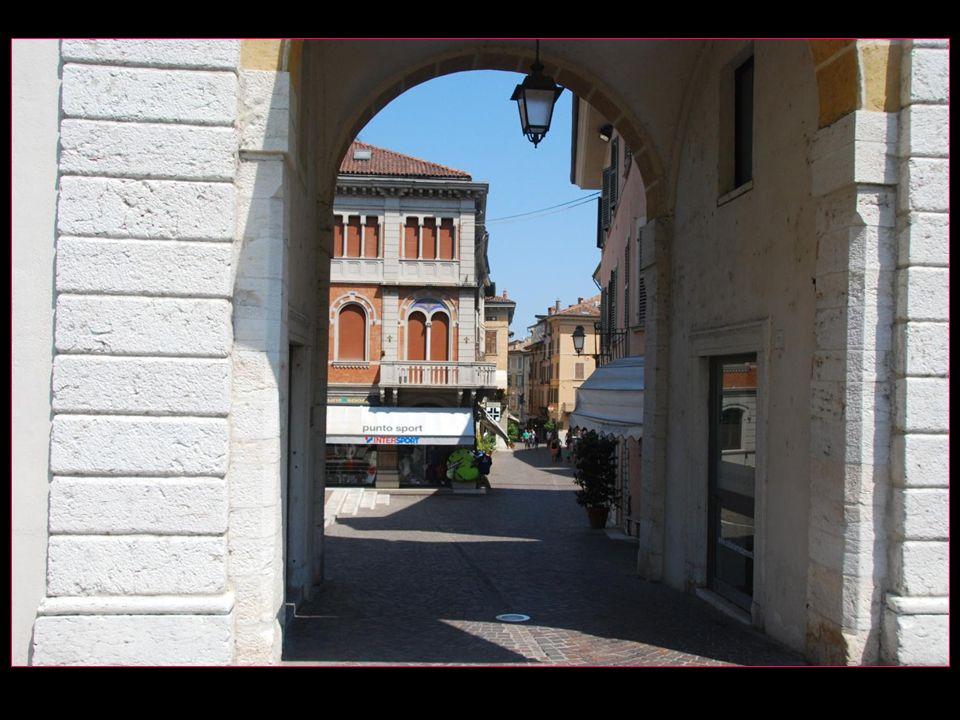 ou par lancienne porte de la ville dite Tour de lHorloge
