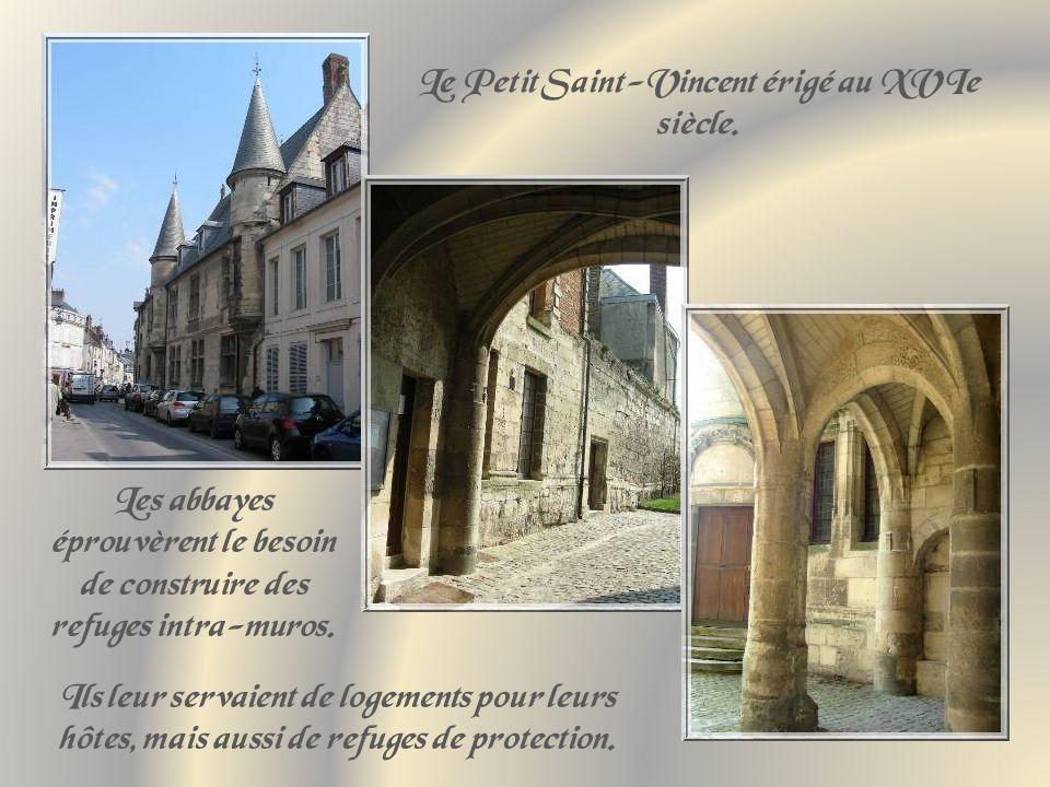 En se promenant dans la ville, on peut se croire plongés en plein Moyen Age avec des rues pavées, des passages étroits et sans soleil, des maisons de pierre et de vastes portes cochères.