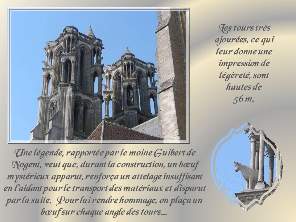 En 1112, les Laonnois se révoltent contre lévêque Gaudri qui veut résilier la chartre de la commune, le tuent et incendient la cathédrale.