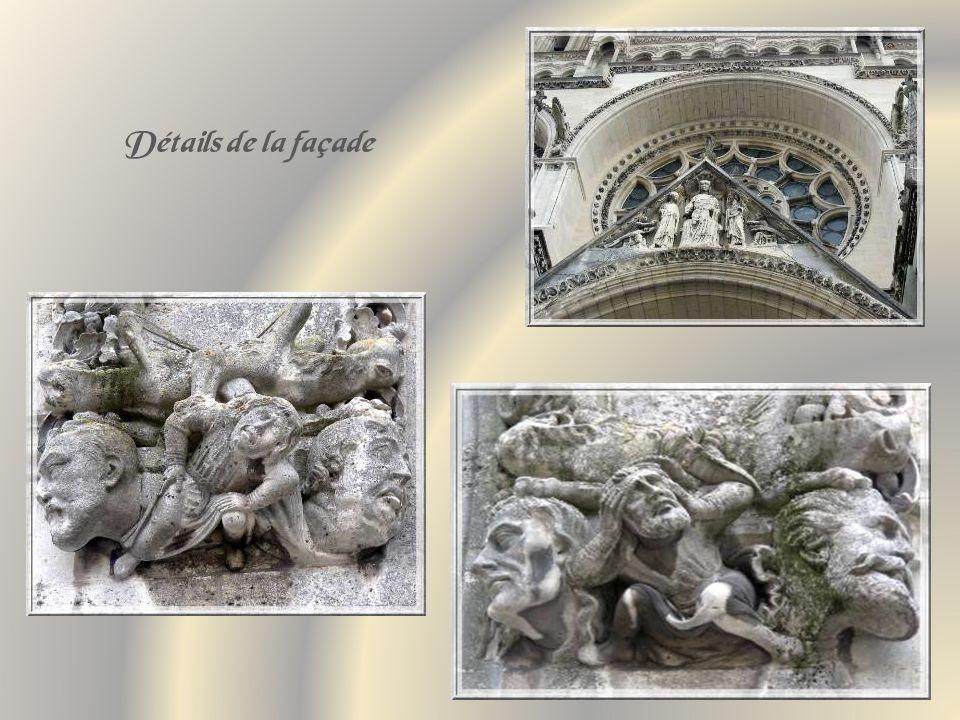 La façade de la cathédrale Notre- Dame et le porche principal qui illustre le couronnement de la Vierge.
