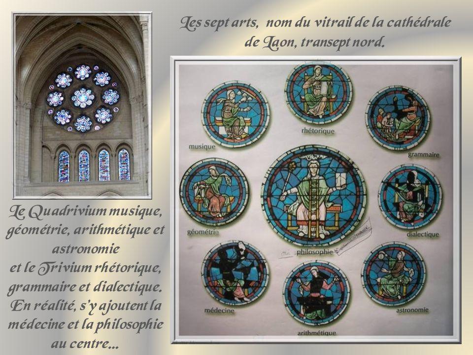 Autour du chœur, un déambulatoire bordé de chapelles fermées.