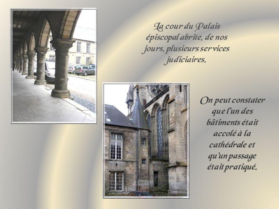 Dominant le rempart, tel que rebâti au XIIe siècle par lévêque Gauthier de Mortagne, le Palais épiscopal.