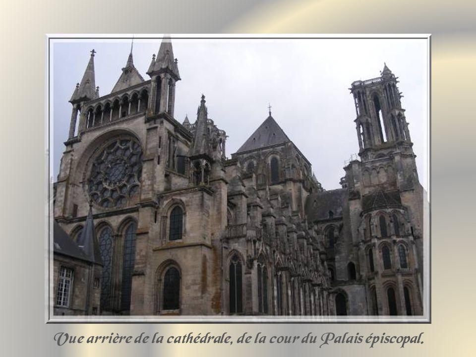 La cour du Palais épiscopal abrite, de nos jours, plusieurs services judiciaires.