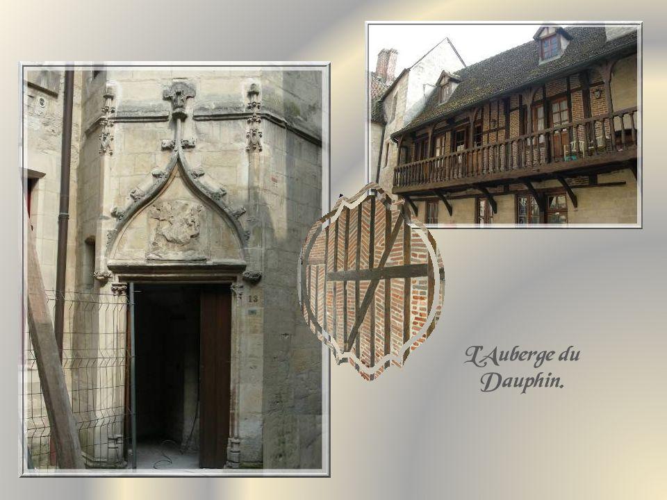 A proximité de la Place du Parvis, subsiste un édifice du XVIe siècle, qui fut lAuberge du Dauphin.