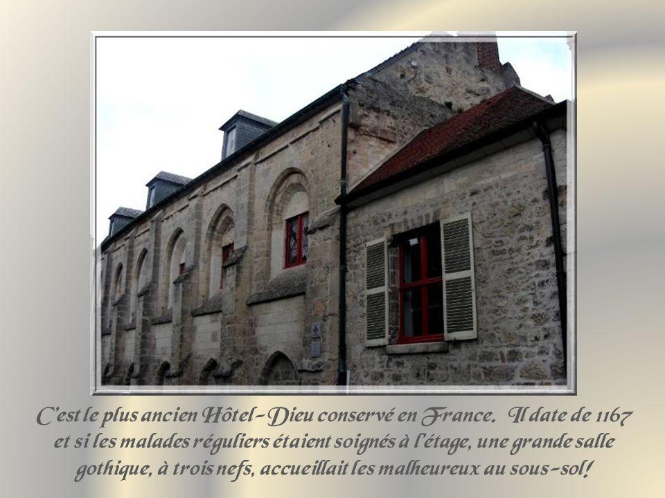 Rue commerçante de lancienne Cité, piétonnière … … et décorations de lune de ses vieilles maisons.