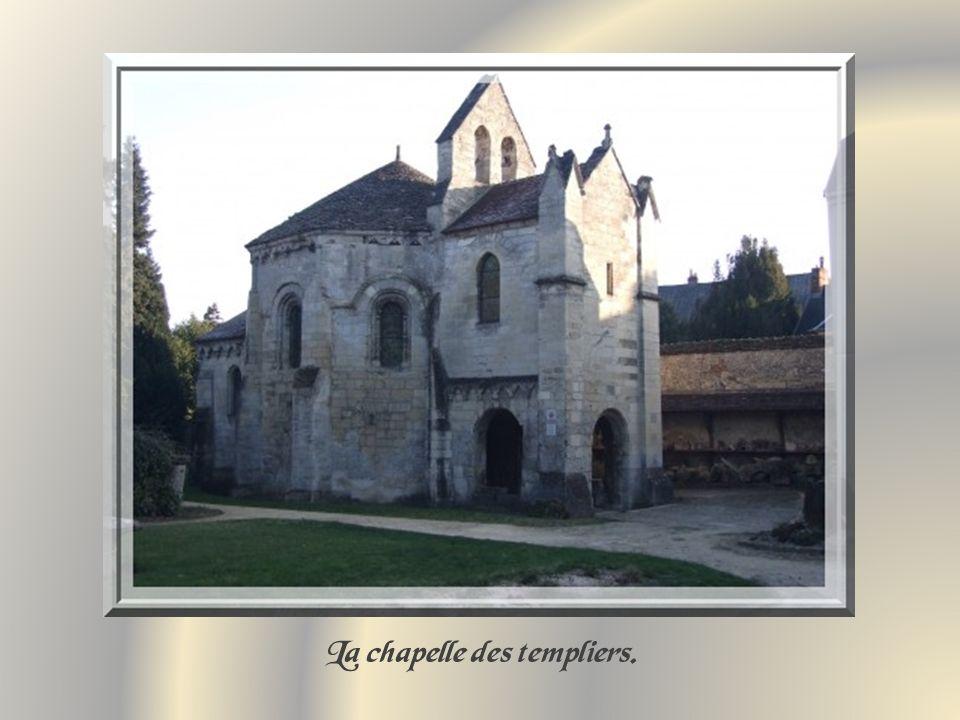 La chapelle octogonale, sur le modèle de la Basilique du Saint-Sépulcre de Jérusalem, fut construite autour de 1140.