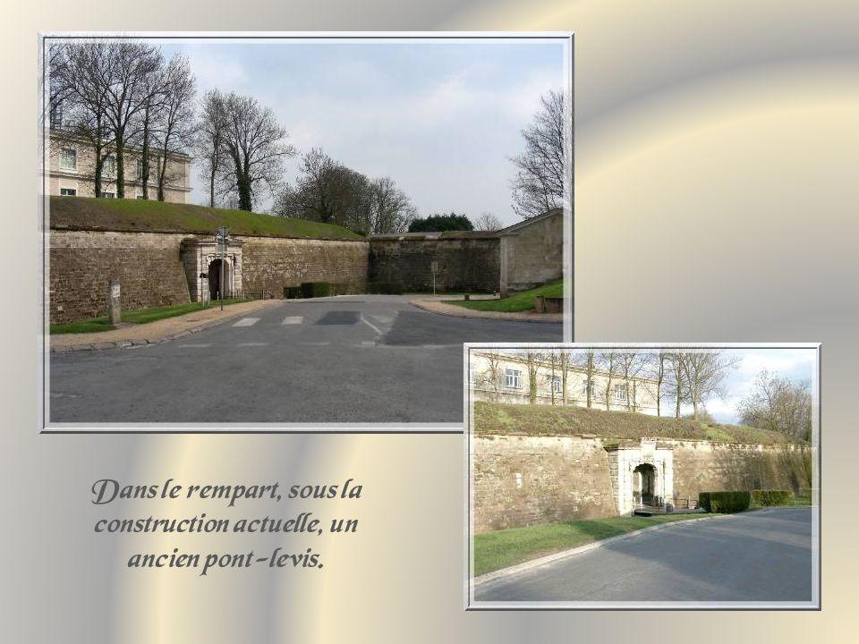 Elle abrite, de nos jours, la Cité administrative du département et, à lexception des remparts, ses principaux vestiges se trouvent en sous-sol.