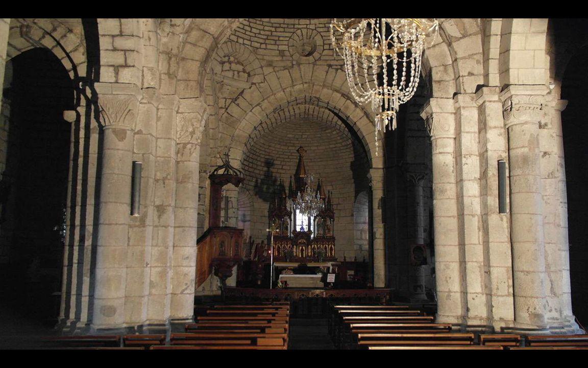 L église de Dienne est construite selon un plan compliqué.