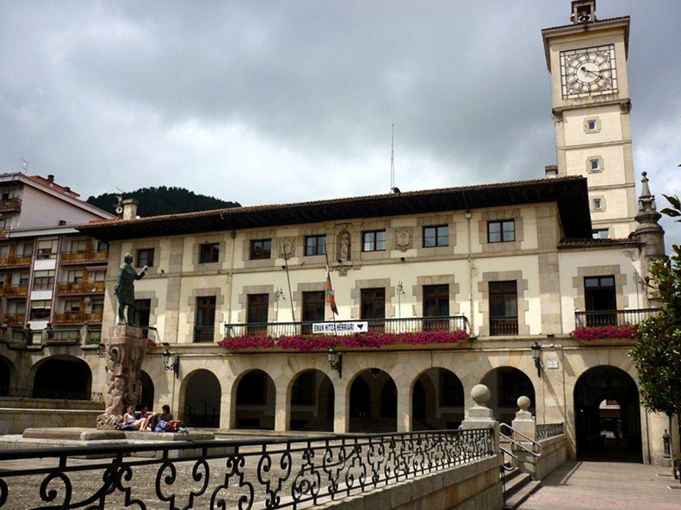 Gernika Capitale religieuse historique du pays Basque espagnol, elle est particulièrement célèbre pour sa destruction, le 26 avril 1937, par les aviateurs de la légion Condor, envoyée par Hitler au secours du général Franco.