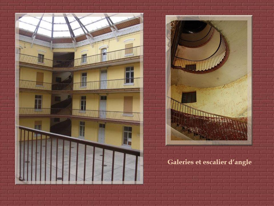 A cette époque, de grandes galeries intérieures comme celle du Palais- Royal avaient été créées. Elles inspirèrent Godin. Chaque pavillon possède une
