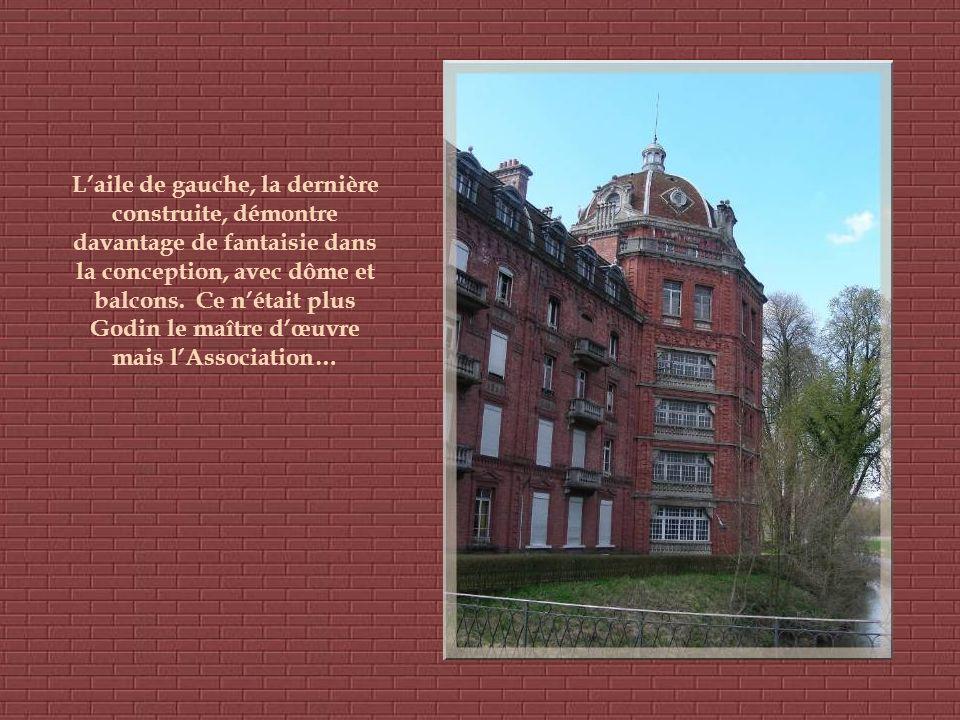 Laile de gauche, la dernière construite, démontre davantage de fantaisie dans la conception, avec dôme et balcons.