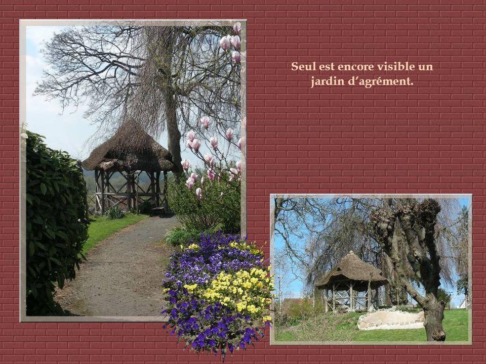 Entre lusine et le Familistère, de chaque côté de lOise, se trouvaient les jardins utilitaires et dagréments. Ils étaient destinés à protéger les habi