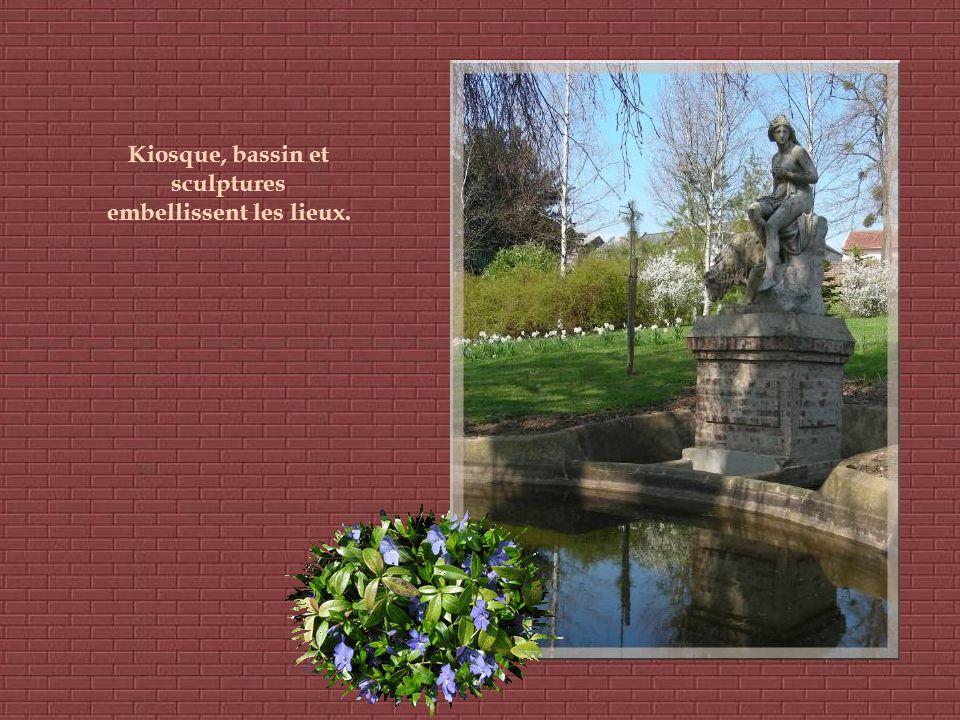 Kiosque, bassin et sculptures embellissent les lieux.