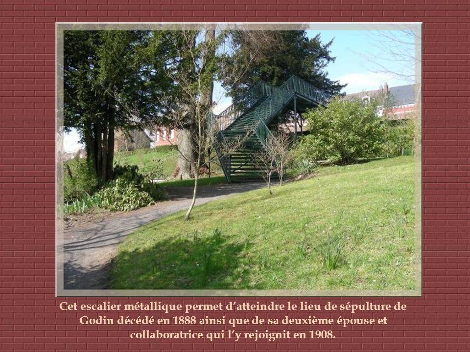 Cet escalier métallique permet datteindre le lieu de sépulture de Godin décédé en 1888 ainsi que de sa deuxième épouse et collaboratrice qui ly rejoignit en 1908.