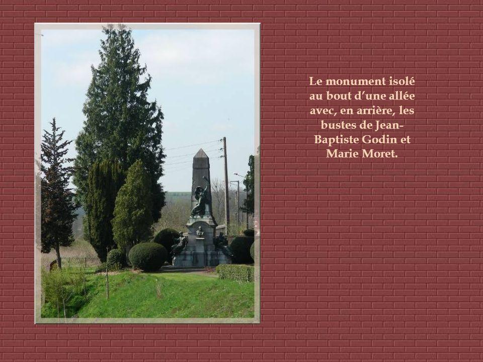 Le monument isolé au bout dune allée avec, en arrière, les bustes de Jean- Baptiste Godin et Marie Moret.