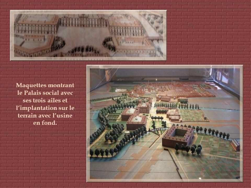 Maquettes montrant le Palais social avec ses trois ailes et limplantation sur le terrain avec lusine en fond.
